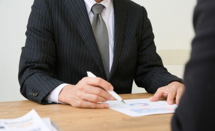 ホームページ作成について相談するビジネスマン